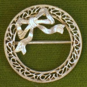 Antique Edwardian 10K White Gold Circle Bow Pin